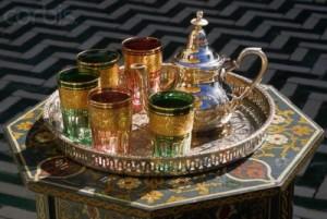 Tipico servizio per la cerimonia del tè marocchino decorato con arabeschi.