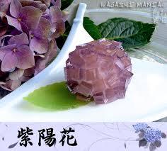 Questo wagashi riproduce una ortensia, fiore che caratterizza i giardini giapponesi.