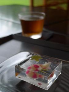 Wagashi che rappresenta in modo raffinato e realistico la bellezza del mondo acquatico.