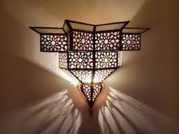 Lampada araba traforata con tipica decorazione ad arabesco geometrico.
