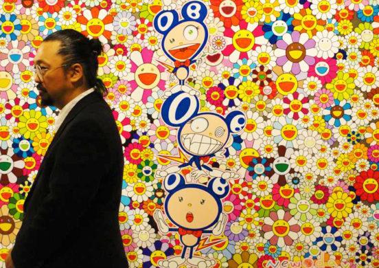 Takashi Murakami davanti a una sua opera