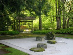 Giardino Giapponese all'interno di una foresta. La natura e la bellezza intesa come armonia esteriore e spirituale vengono celebrate attraverso la pratica del vuoto durante la creazione del giardino.